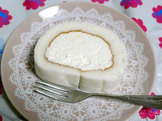 不二家のミルキークリームロールケーキ