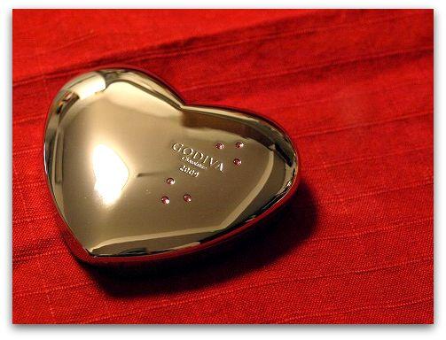 やっぱり本命はGODIVA(ゴディバ)バレンタイン限定ハートチョコは女性もうれしいパッケージ。