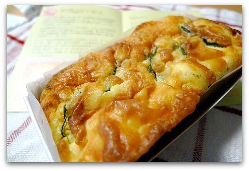 カフェ・ド・ヴェルサイユのケーク・サレ(塩ケーキ)「ズッキーニとクリームチーズ、トマトのケーク(ケーク・ド・プロヴァンス)」は、お酒にあうお食事ケーキ