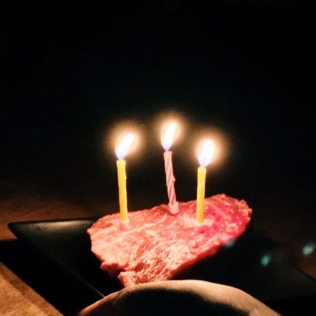 おかげさまで、また無事に1つ年を重ねることができました。両親に感謝する日。まだまだこれから!ケーキならぬ肉( ̄∀ ̄)居合わせたお客さんがみんな歌ってくれて照れくさいけどやっぱり誕生日は嬉しいものですね。ありがとうございました!!数年前から年齢はぼやーーっとすることにしてます。( ̄∀ ̄) #肉ピン も当たり引いちゃった!!! #肉山 #誕生日 #【Instagram】